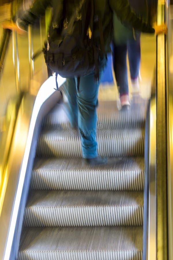 Человек в эскалаторах стоковое изображение rf