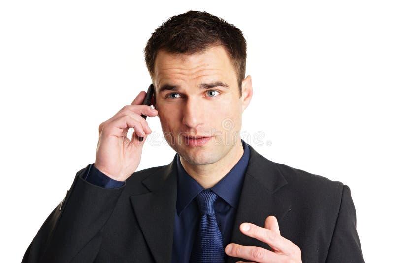 Человек говорит в мобильный телефон. стоковое фото