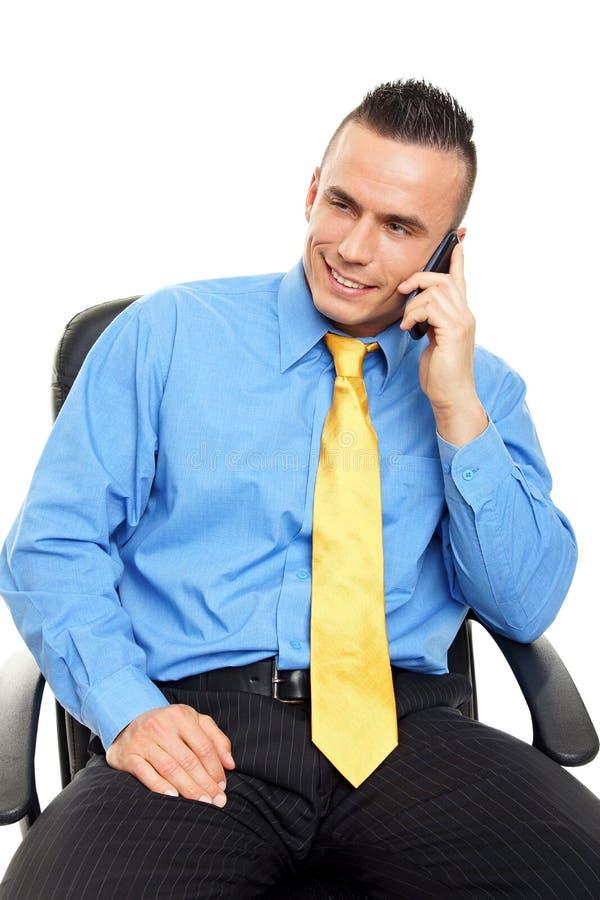 Человек говорит в мобильный телефон стоковая фотография rf