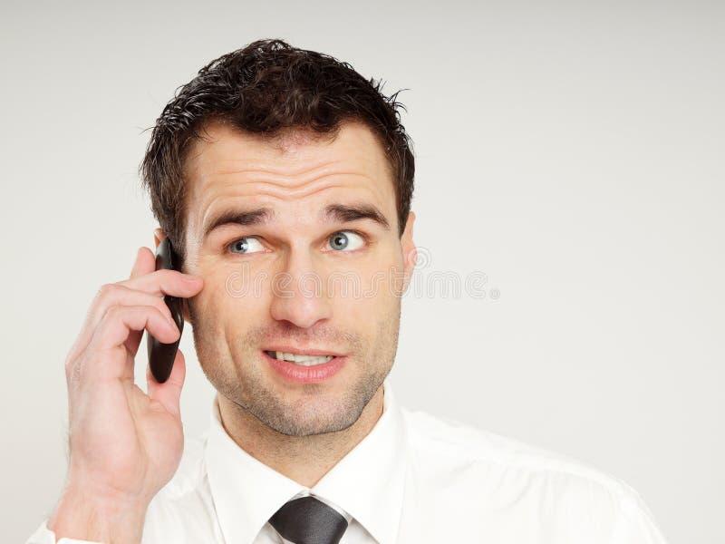 Человек говорит в мобильный телефон стоковое изображение