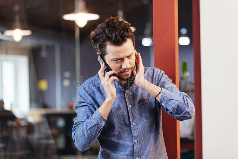Человек говоря на телефоне в офисе стоковые изображения rf