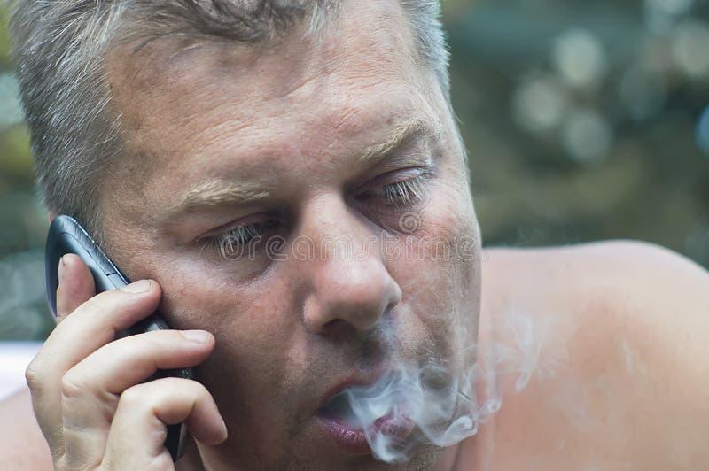 Человек говоря на телефоне стоковые изображения rf