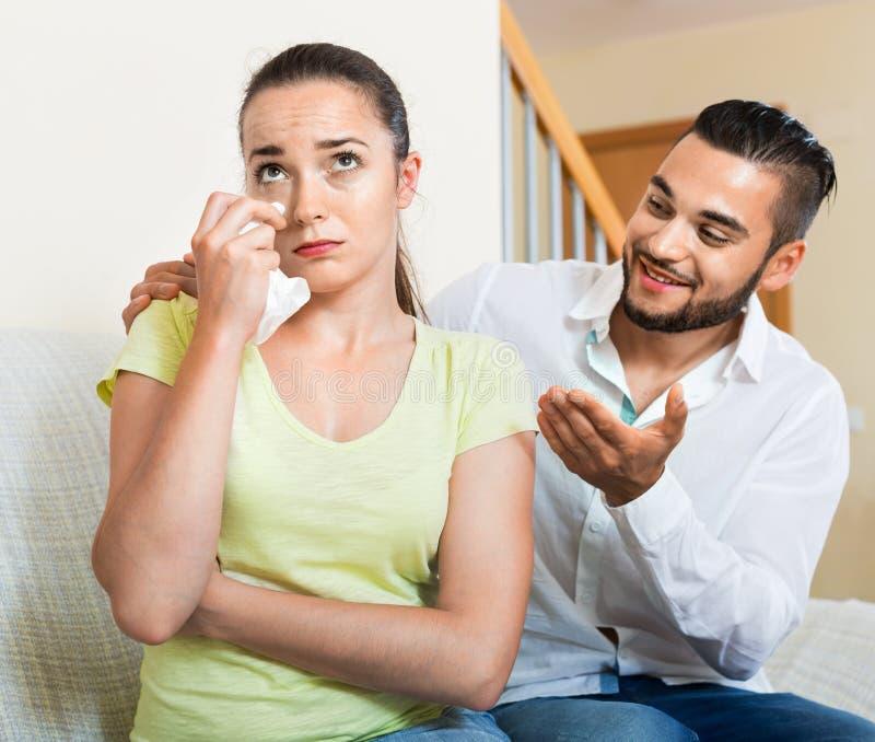 Человек говоря для того чтобы осадить слабонервную женщину стоковые фотографии rf
