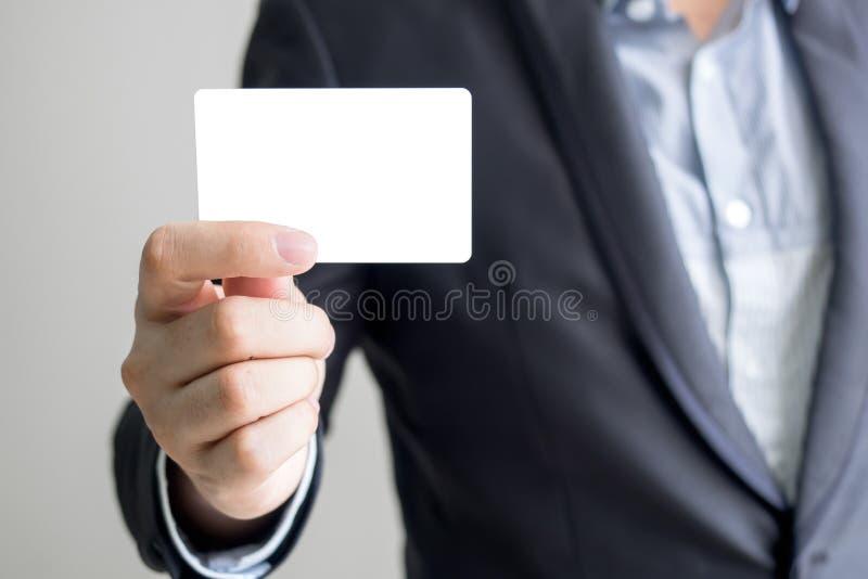 Человек держа белую визитную карточку стоковое изображение