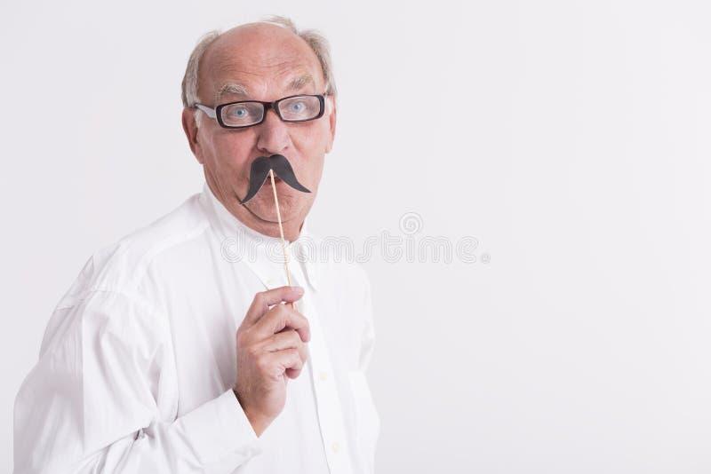 Человек держа бумажный усик стоковая фотография
