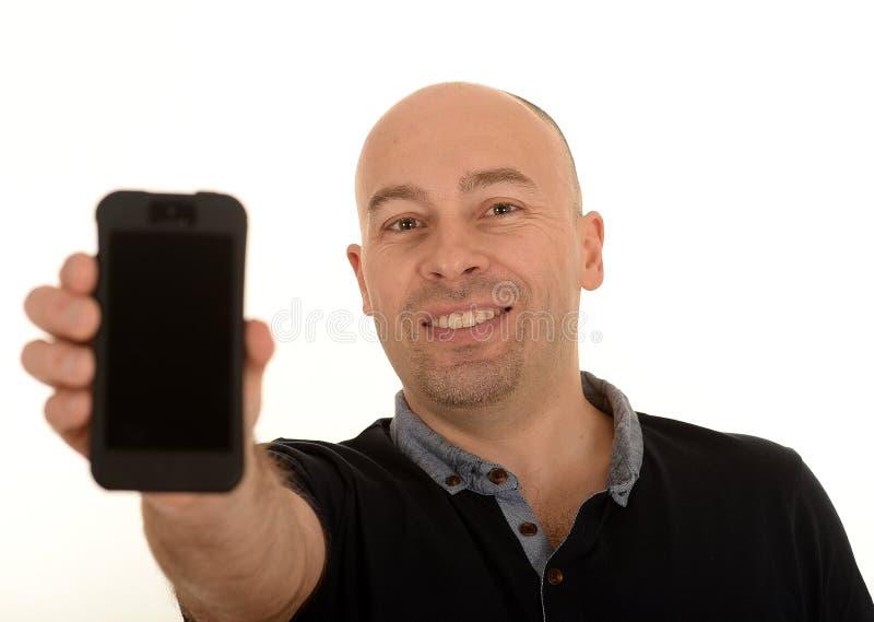 Человек держа мобильный телефон стоковые фотографии rf