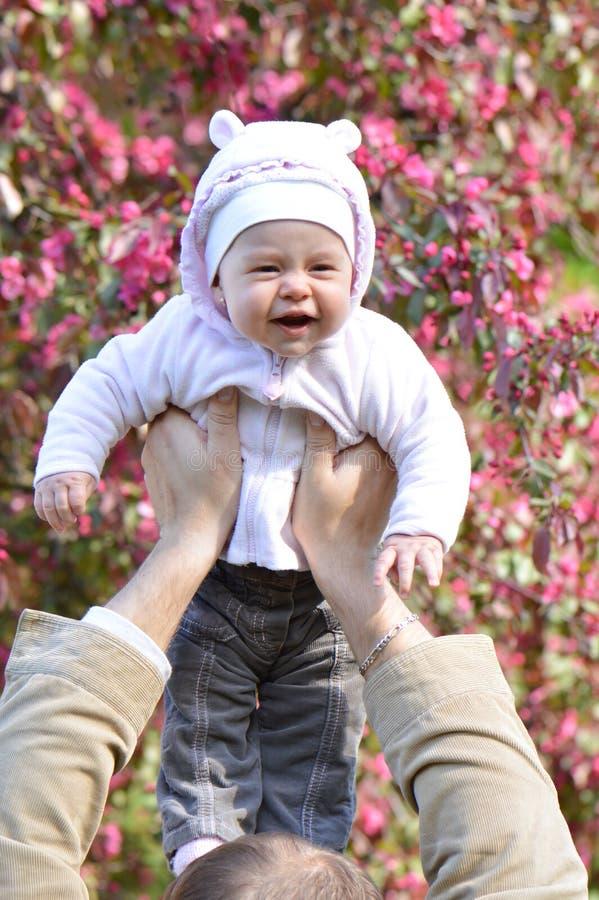 Человек держа младенца стоковое фото