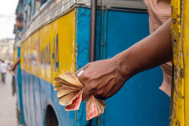 Человек держа примечания индийской рупии стоковые фотографии rf