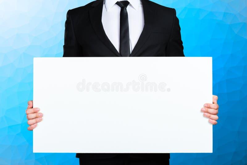 Человек держа пустую картинную рамку стоковые фотографии rf