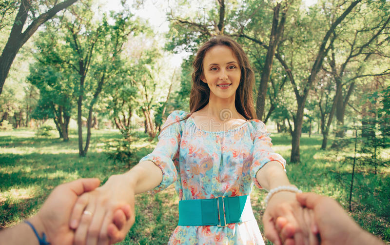 Человек держа руки его счастливая жена стоковое фото rf