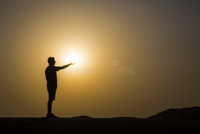 фото человека держащего солнце секрет дневник это ежедневные