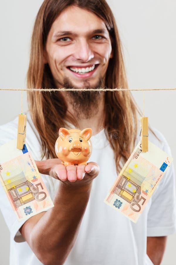 Человек держа piggybank moneybox стоковые изображения rf