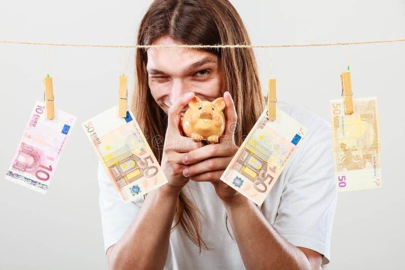 Человек держа piggybank moneybox стоковое изображение rf