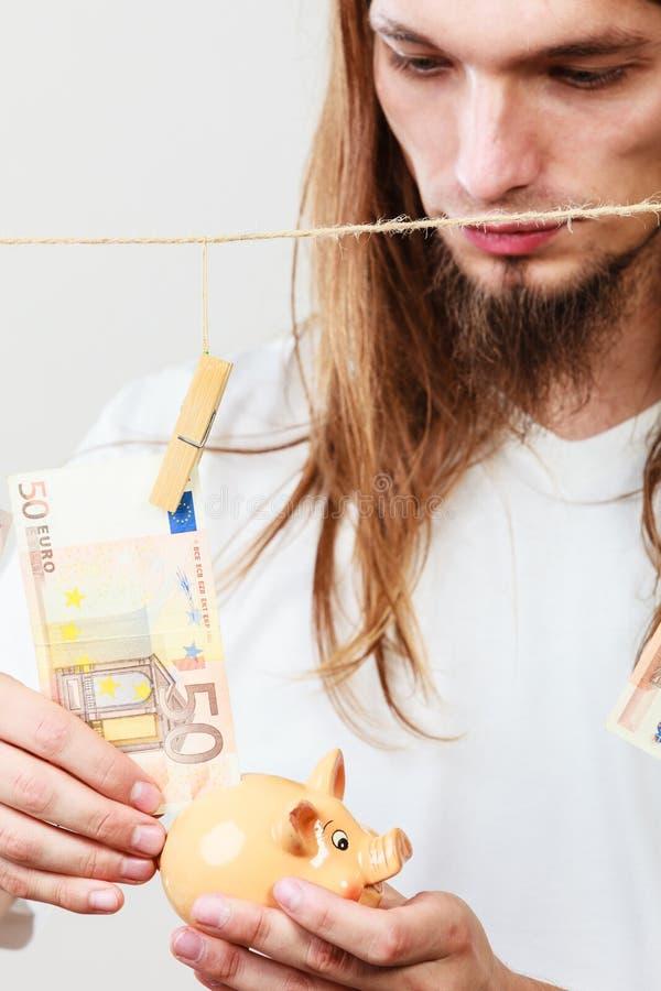 Человек держа piggybank moneybox стоковая фотография rf