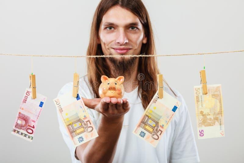 Человек держа piggybank moneybox стоковые фотографии rf