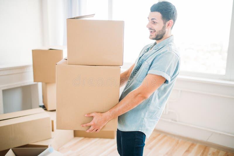 Человек держит коробку в руках, новоселье коробки стоковые изображения rf