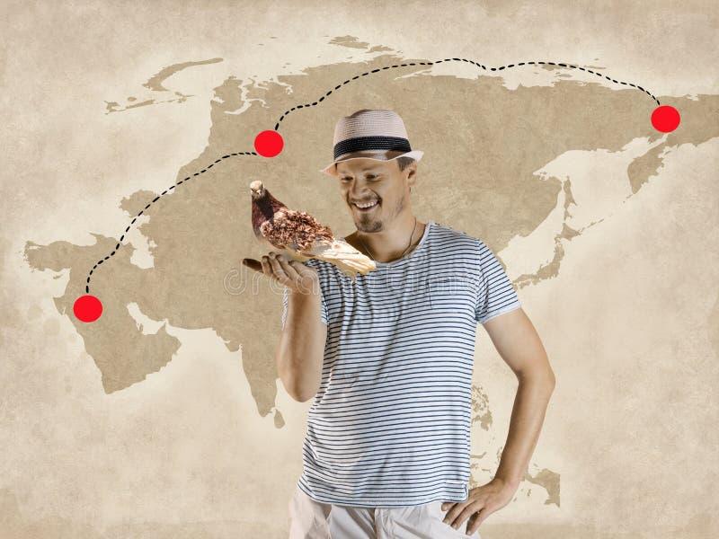 Человек держит почтовый голубя стоковое изображение rf