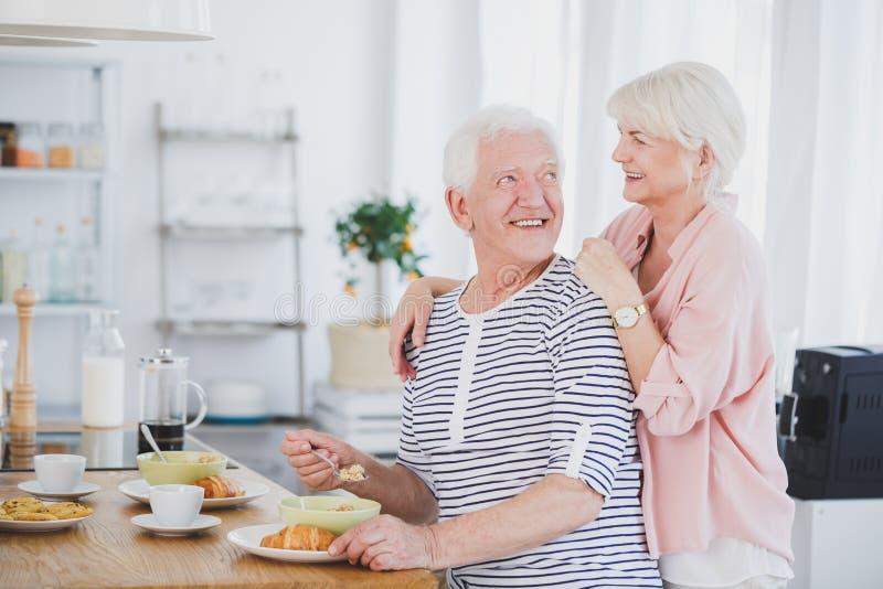 Человек есть завтрак с женщиной за им стоковые фото