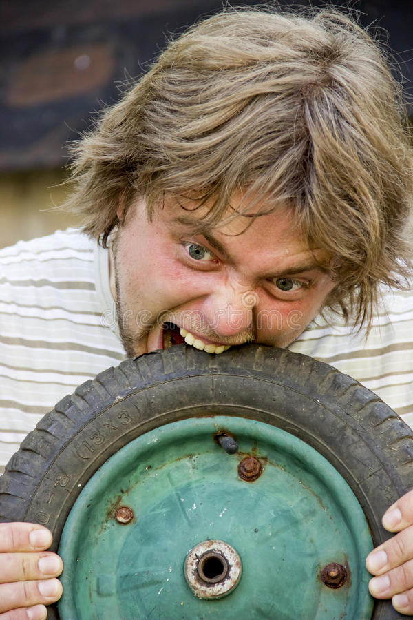 Человек ест автошину стоковая фотография rf
