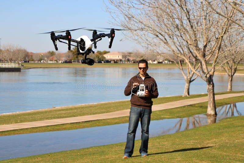 Человек летая высокотехнологичный трутень камеры стоковая фотография