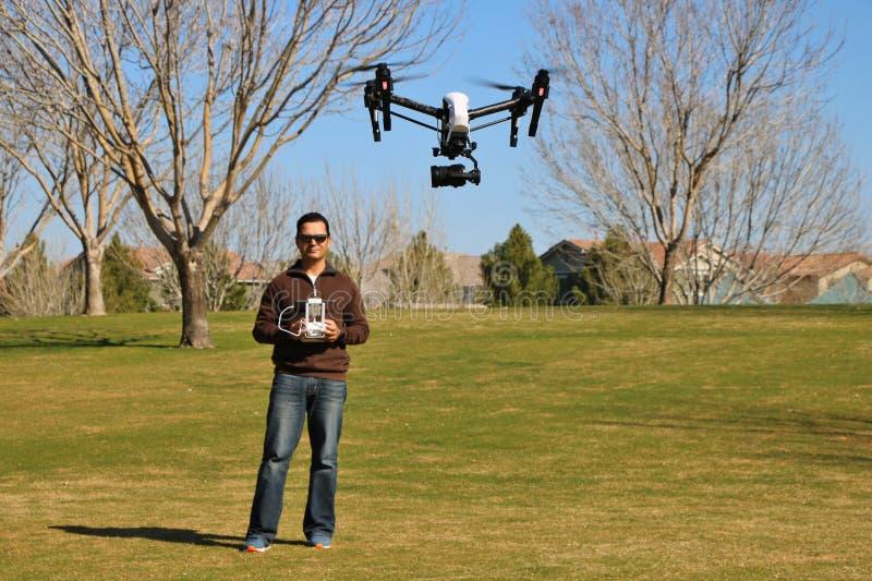 Человек летая высокотехнологичный трутень камеры стоковые изображения