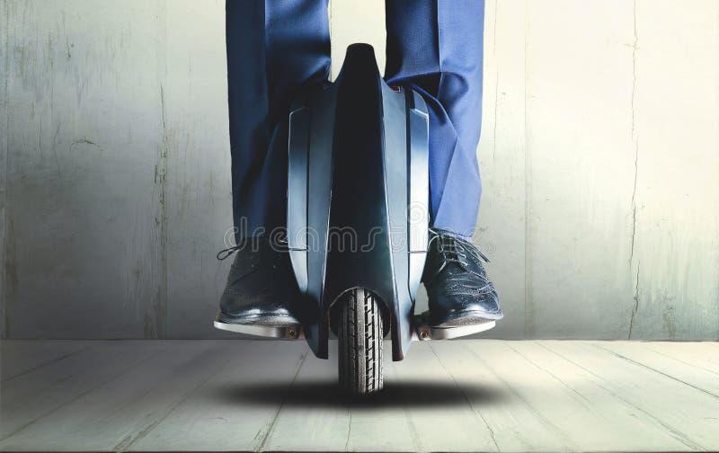 Человек ехать переход mono колеса электрический стоковое изображение