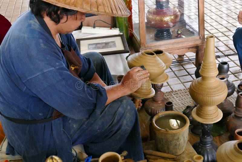 Человек делает глиняный горшок стоковое изображение rf