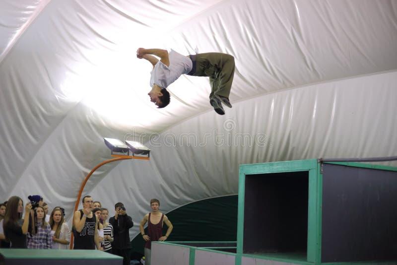 Человек делает прыжок кувырком на 5-ом состязании parkour стоковые изображения rf