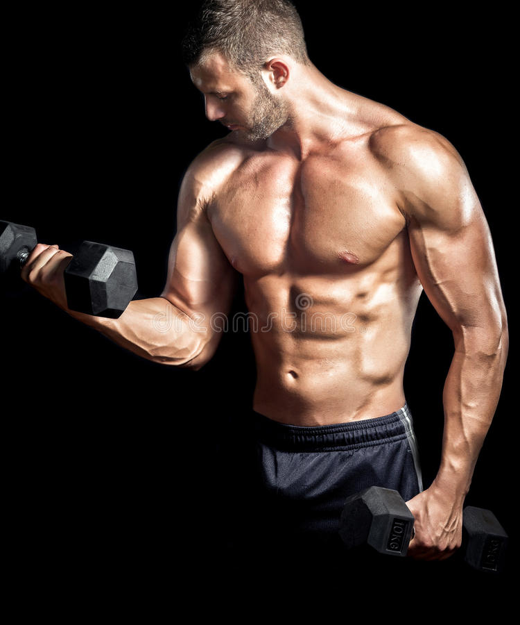 Человек делая бицепс завивает в спортзале стоковые фотографии rf