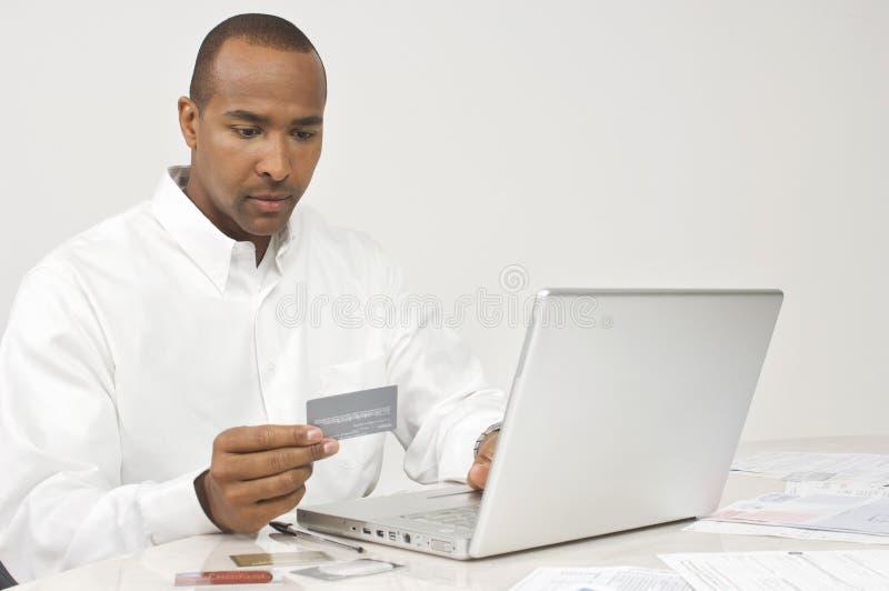Человек делая онлайн сделку стоковые изображения