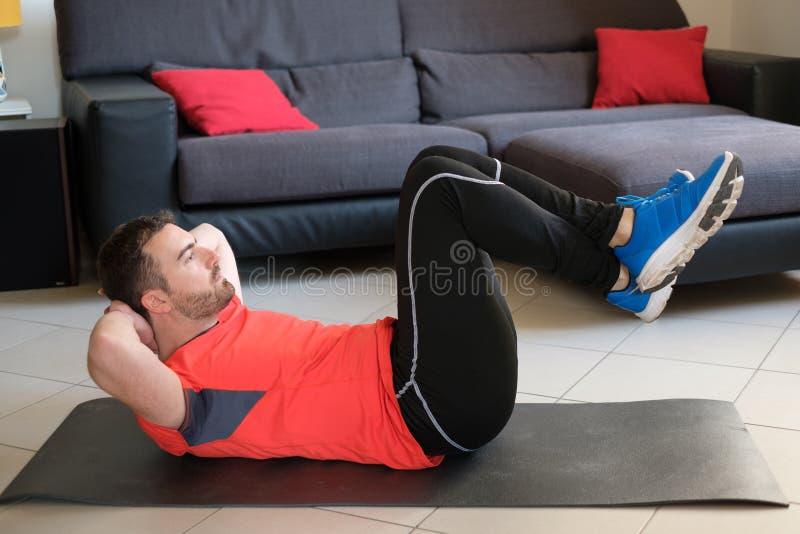 Человек делая тренировки тела и разрабатывая стоковое изображение rf