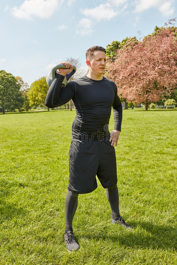 Человек делая фитнес fuctional с kettlebell стоковые изображения rf