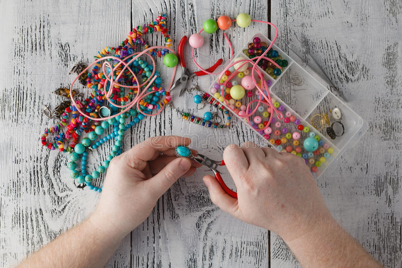 Человек делая handmade ювелирные изделия Коробки с шариками, аксессуарами для n стоковые изображения rf