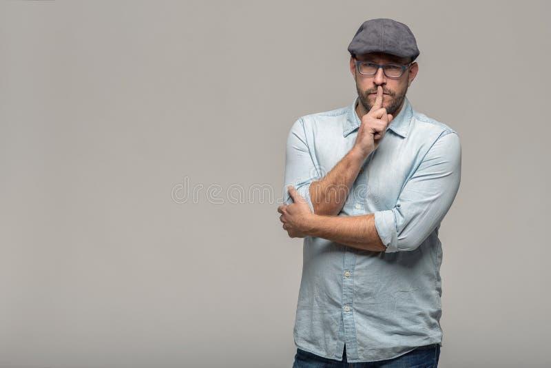Человек делая shushing жест стоковая фотография
