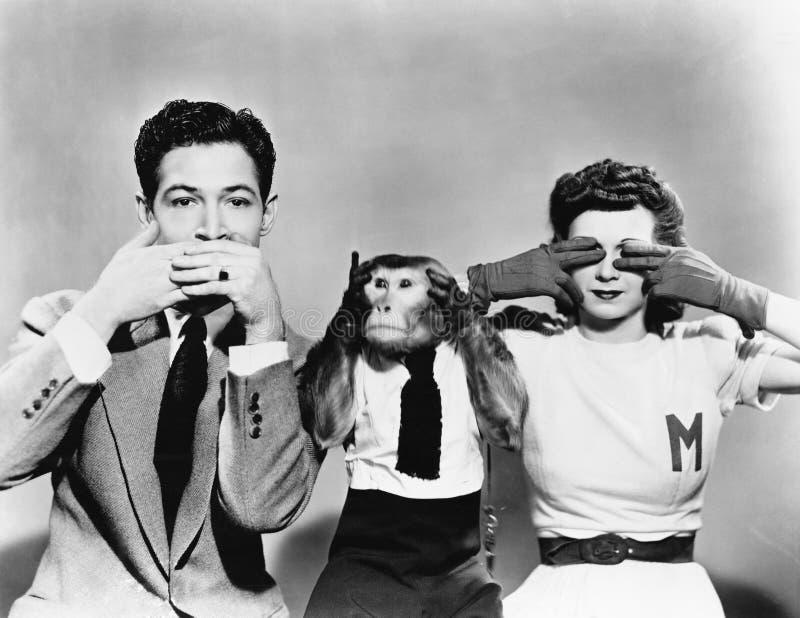 Человек, женщина и обезьяна показывая не видят никакое зло, не говорят никакое зло, не слышат никакое зло (все показанные люди не стоковые изображения