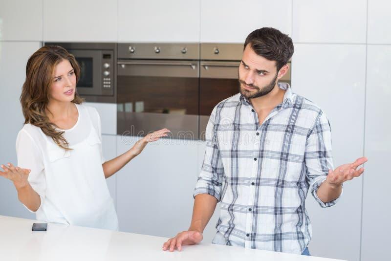 Человек женщины объясняя таблицей стоковое фото