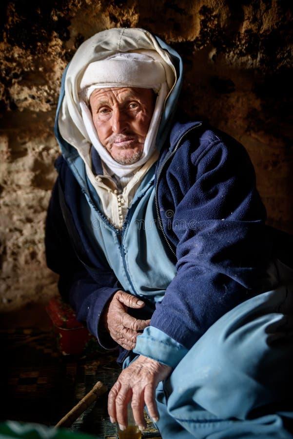 Человек живя в пещере, долина кочевника кочевника, горы атласа, Марокко стоковое фото