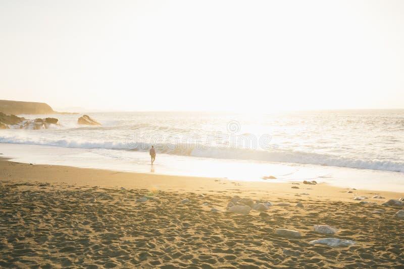 Человек заботливо и сиротливый идти на пляж в заливе стоковые фотографии rf