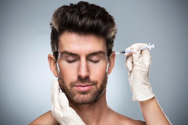 Человек заполняя лицевые морщинки стоковое фото rf