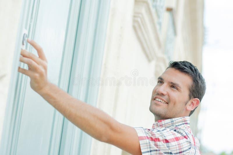 Человек звеня на двери стоковые изображения