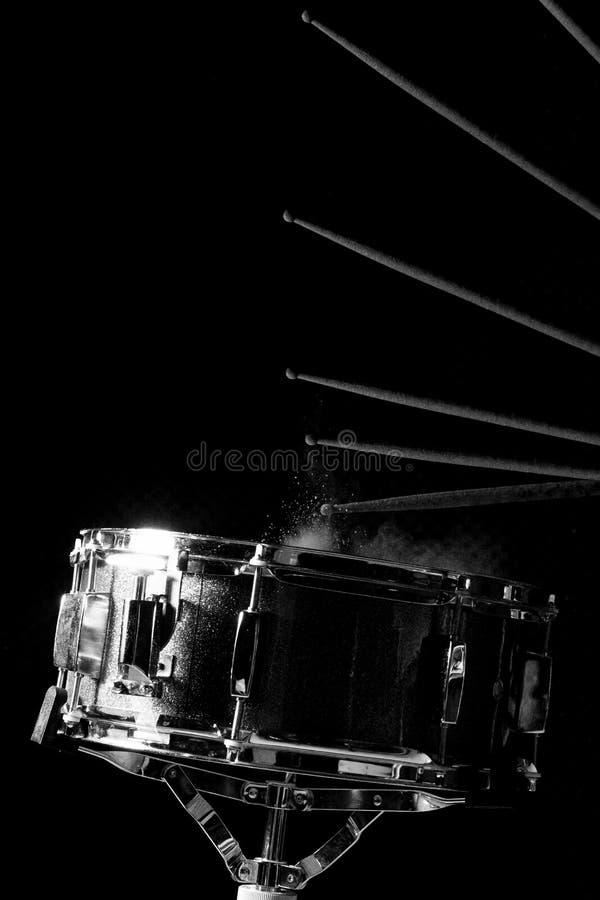 Человек играет барабанчик тенет стоковые изображения rf
