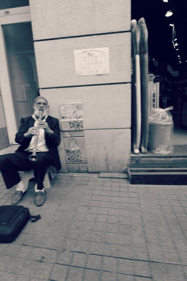 Человек играет кларнет стоковое изображение rf