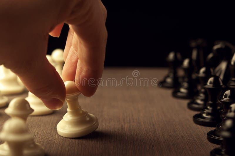 Человек играет шахмат стоковое фото