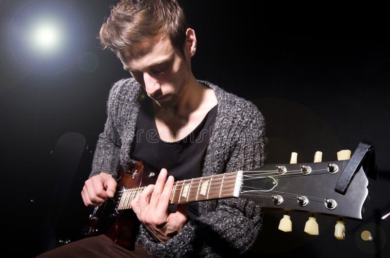 Человек играя гитару стоковое фото