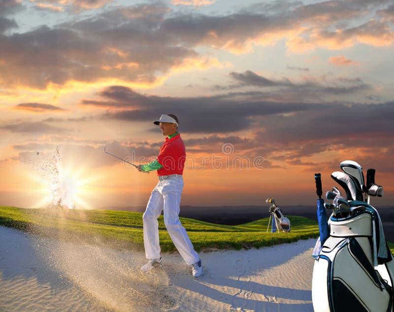 Человек играя гольф против захода солнца стоковое изображение rf