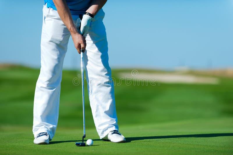 Человек играя гольф стоковые фотографии rf