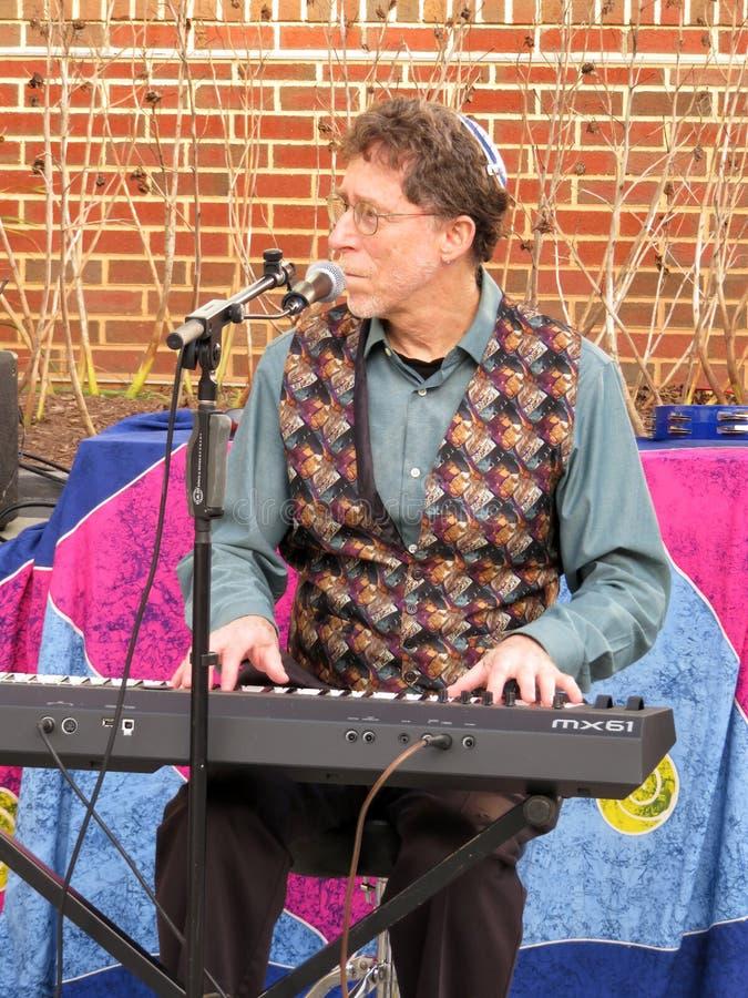 Человек играя клавиатуру на торжестве Хануки