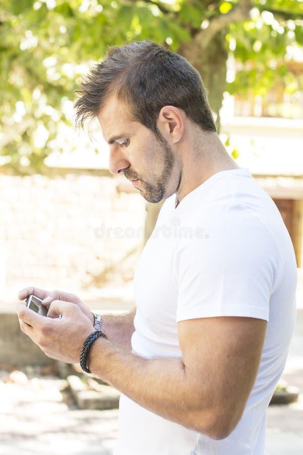 Download Человек играя на телефоне. стоковое изображение. изображение насчитывающей портрет - 33727697