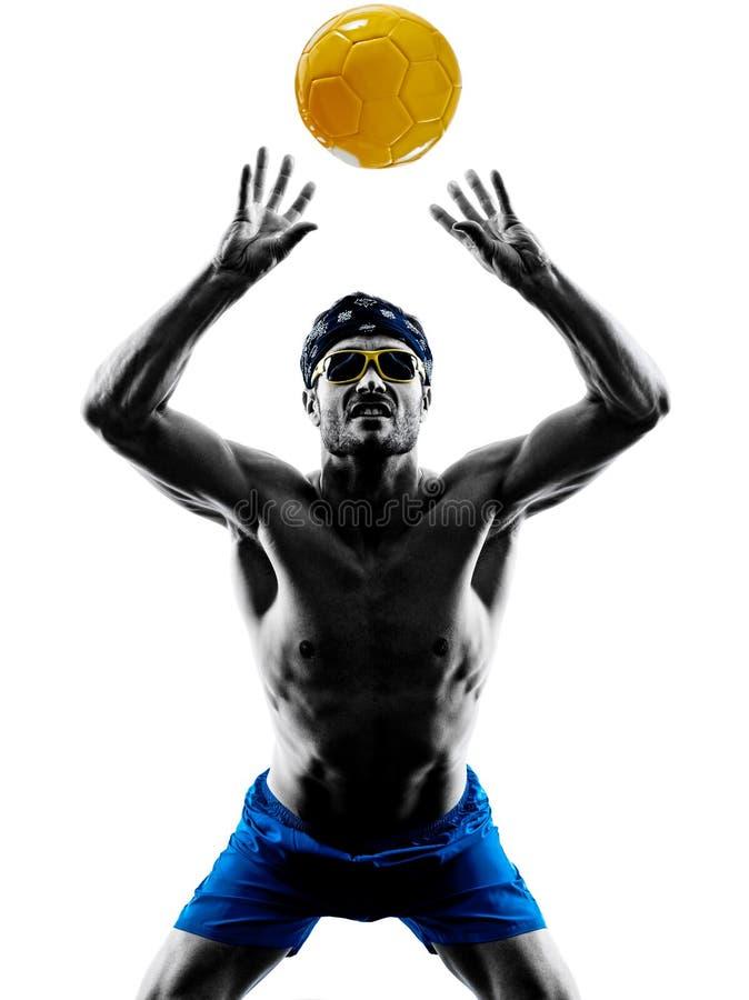 Человек играя силуэт пляжного волейбола стоковая фотография