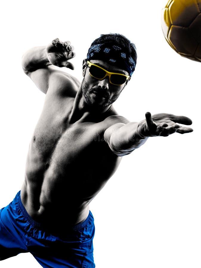 Человек играя силуэт пляжного волейбола стоковое изображение